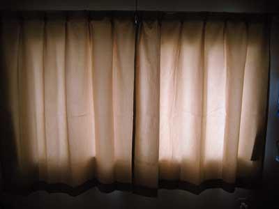 照明を消した状態のワッフルカーテン
