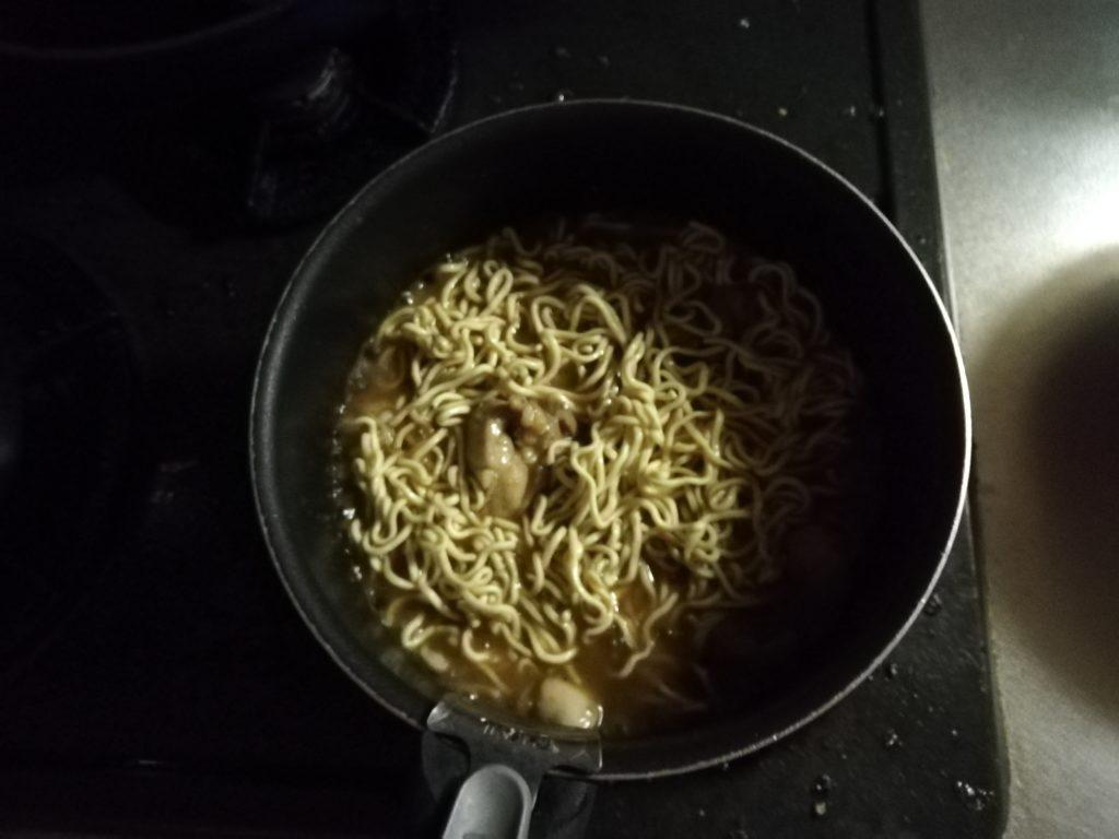 マルちゃん正麺 旨塩味を入れて煮込む